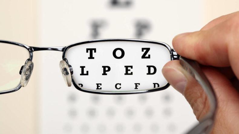 Лікування міопії за допомогою окулярних або контактних лінз